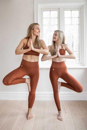 Hnědé legíny na jógu
