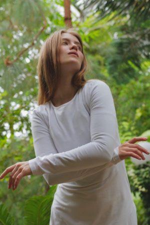 Bílé bavlněné šaty s dlouhým rukávem